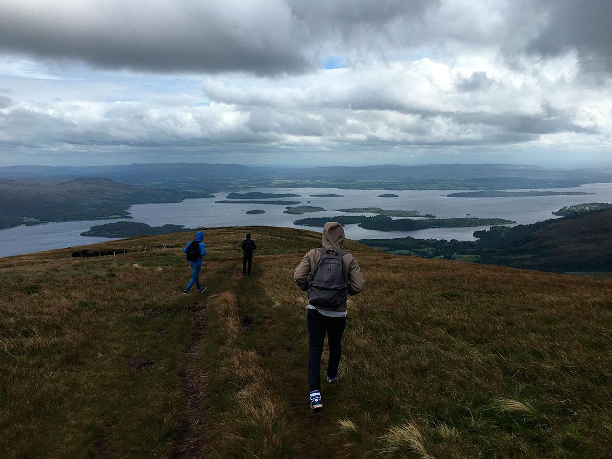 """Der zweite Trip ging an den größten See, den Schottland zu bieten hat - Loch Lomond. Wie man sieht war der Tag ideal für eine Berg-Steig-Action und der Ausblick war atemberaubend. Kurzer Fun-Fact am Rande: Loch Lomond ist der nur flächenmäßig der größte See (schottisch """"Loch""""). Er bildet die Grenze zwischen den Lowlands, in welchen ich mich die meiste Zeit befinde, und den Highlands. Loch Ness ist im Übrigen der tiefste, als auch der wasserreichste See."""